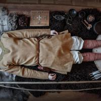 Reconstitution d'une tombe de l'Âge Viking par la troupe Andrimners Hemtagare - Photo: Andrimners Hemtagare
