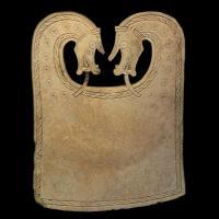 Plaque en os de baleine découvert dans le bateau funéraire de Scar(Ecosse)