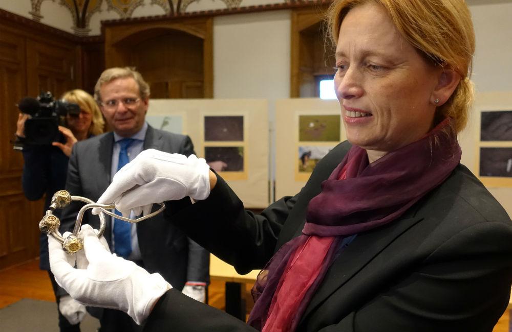 Le ministre de la Culture de Schleswig-Holstein, Karin Prien, présente la broche penannulaire découverte sur l'île de Sylt. Photo: DPA /The Local