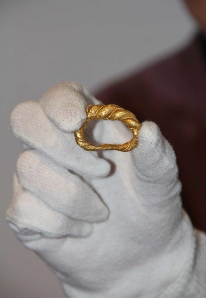 Angleterre - Découverte d'un énorme anneau viking en or - Photo: Saffron Walden Museum