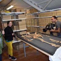 Angleterre - Rane Willerslev avec Angie Bolton, l'équipe de tournage et le squelette SK1756 - Photo: Conseil du comté de l'Oxfordshire