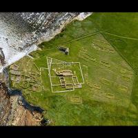 Archipel des Orcades - Vue aérienne des vestiges des colonies picte et viking de Brough of Birsay