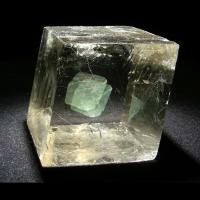 Biréfringence de la pierre de soleil observable grâce à de la fluorine verte placée derrière le spath d'Islande - Photo: Futura sciences