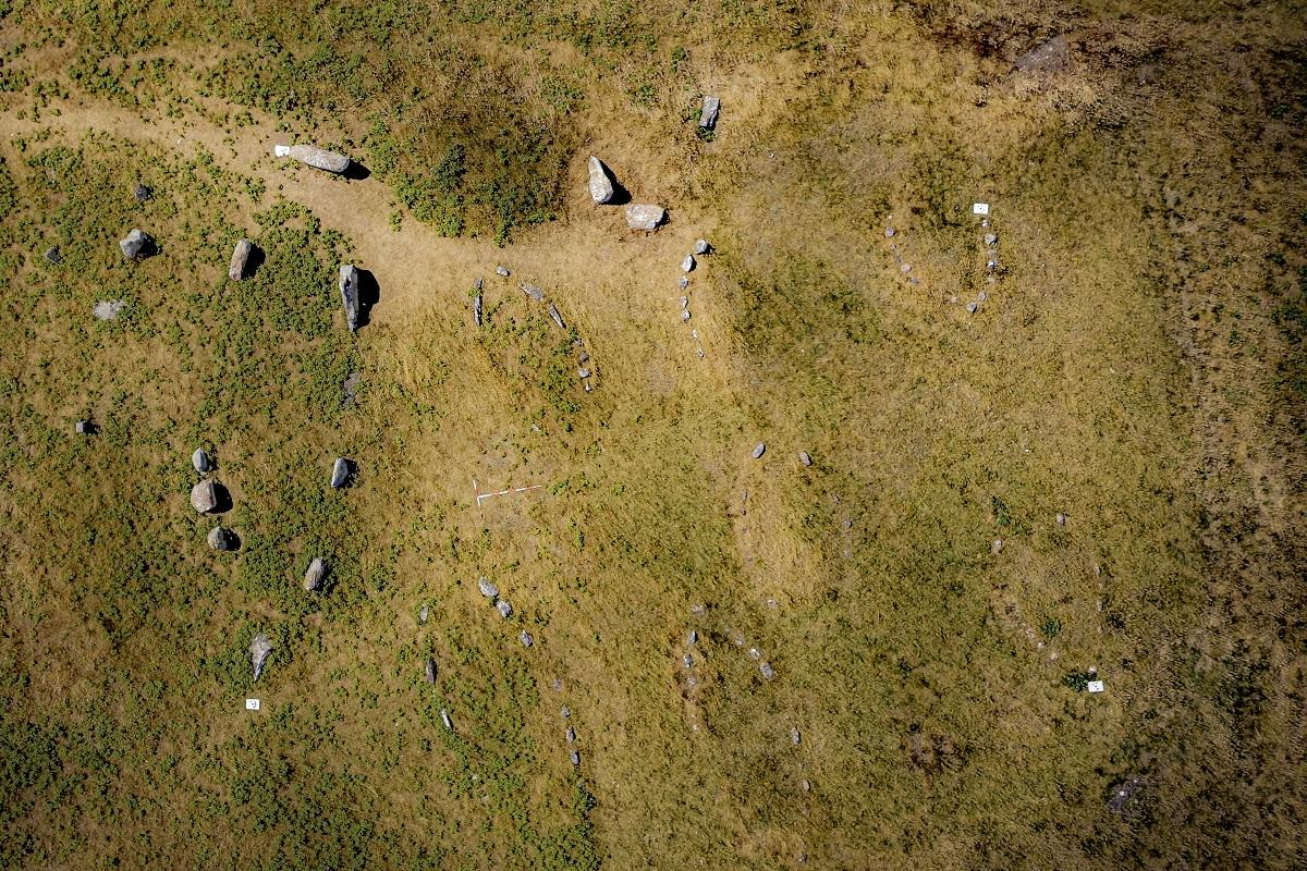 Danemark - Deux nouvelles tombes naviformes découvertes au cours d'une étude sur les Kalvestene de l'île de Hjarnø - Photo: Université Flinders