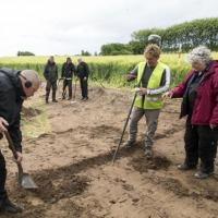 Danemark - Quelques uns des 200 objets découverts dans un champs de la péninsule de Salling - Photos: Steen Don