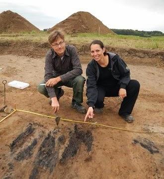 Søren Sindbæk et Nanna Holm à Borgring, une nouvelle forteresse circulaire au Danemark