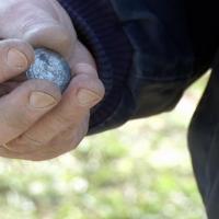 Danemark - L'une des nombreuses pièces de monnaie arabe issue du trésor découvert par un détectoriste sur l'île de Fionie - Photo: Ole Holbech / TV2 FYN