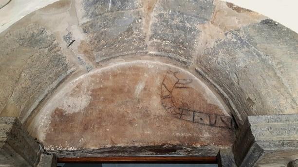 Danemark - Une pierre runique découverte sous el porche d'une église sur l'île de Bornholm - Photo: Sverige Radio