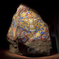 Une réplique de la pierre de Jelling, qui était probablement peinte à l'origine, réalisée par le Nationalmuseet