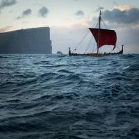 Le Draken Harald Hårfagre quittant les îles Feroé pour l'Islande