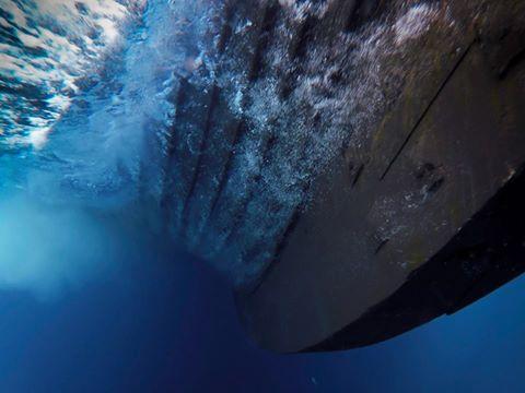 La quille du Draken Harald Hårfagre, le plus grand navire de guerre viking reconstitué, lors de sa traversée de l'océan Atlantique Nord en 2016