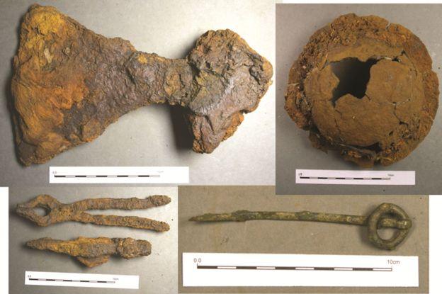 Artefacts découverts dans le bateau tombe d'un guerrier de haut rang à Ardnamurchan - Photo Pieta Greaves pour AOC Archeology
