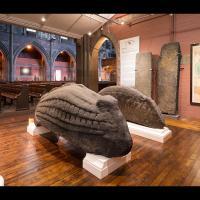 Deux des cinq hogbacks exposés dans l'Eglise de Govan, à Glasgow, en Écosse - Photo: Tom Manley