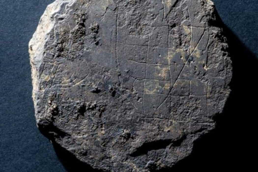 Ecosse - Le plateau de hnefatafl découvert près de Old Deer, dans l'Aberdeenshire