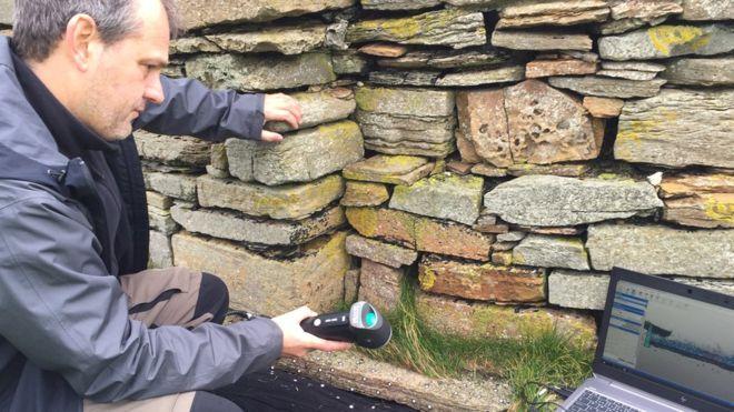 Les Orcades - Une inscription runique sur une pierre de l'évêché de Brough of Birsay est numérisée au laser 3D - Photo: BBC Scotland