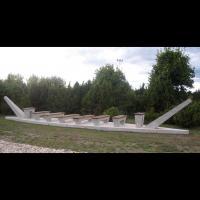 Estonie - Monument conçu par Mikk Mutso à l'emplacement exact et de la taille du plus grand des navires de Salme