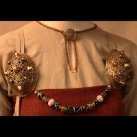 Fibules et perles de verre par Ø. Engedal