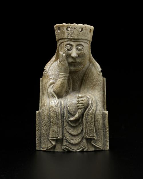 Figurine de la reine dans le jeu d'échec de Lewis, au British Museum, XIIème siècle