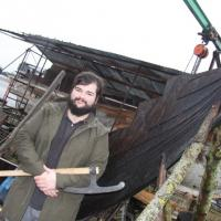 Damien Bouet et le navire viking en construction - Photo Ouest France