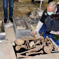 France - Le professeur Per Holck de l'Université d'Oslo examine les squelettes des présumés ducs de Normandie - Photo: Vegard Strømsodd