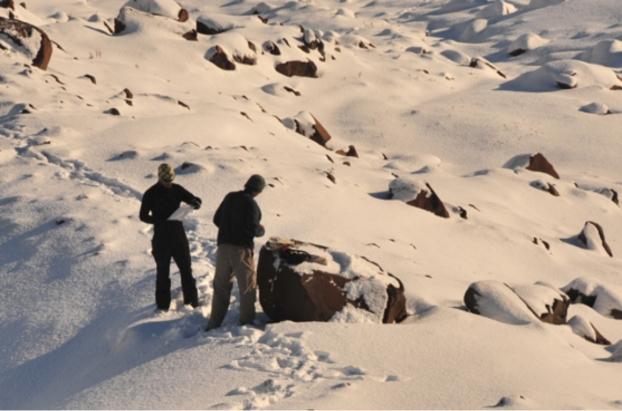 Groenland collecte d echantillons de roche sur une moraine de l ile de disko lgp vincent jomelli