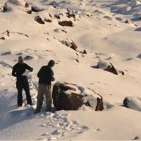 Collecte d'échantillons de roche sur une moraine de lîle de Disko - Photo: Vincent Jomelli