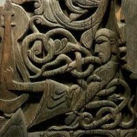 Gunnar jouant de la harpe, sculpté sur le portail de l'église de bois debout d'Hylestad
