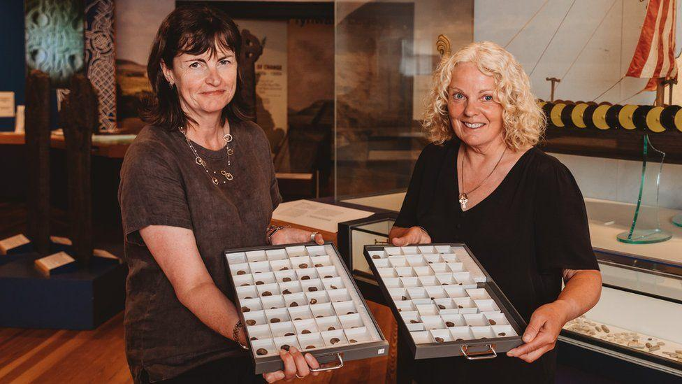 Île de Man - Kath Giles (à droite sur la photo) a découvert un trésor monétaire en argent dans un champs - Photo: Manx National Heritage