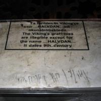 Inscription runique datée du IXème siècle sur un parapet en marbre de Sainte Sophie, à Istanbul. Seul le nom Halvdan peut être lu.