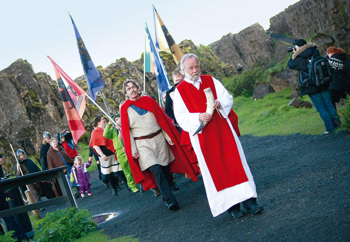 Hilmar Örn Hilmarsson et des membres de l'association Asatru lors d'une procession dans le parc national Thingvellir - Photo:  Silke Schurak pour Reuters