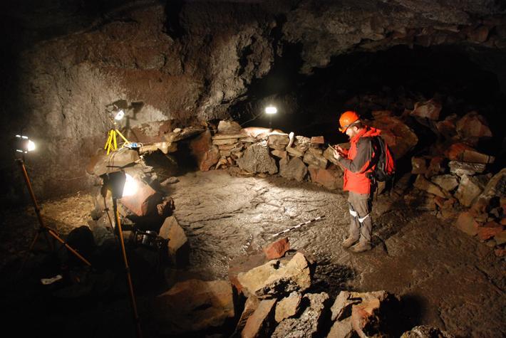 Islande - La structure naviforme et des ossements dans le coin gauche témoignent des pratiques rituelles de l'Âge Viking dans la grotte de Surtshellir - Photo: Kévin P. Smith