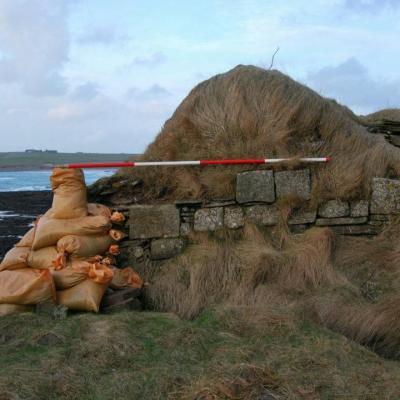 Les Orcades - Le cimetière picte et viking est protégé des tempêtes de la Mer du Nord avec des sacs de sable - Photo: ORCA Archeology / swns.com