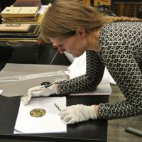 Aina Margrethe Heen Pettersen examine un des objets découverts à Vang - Photo: Opdalingen
