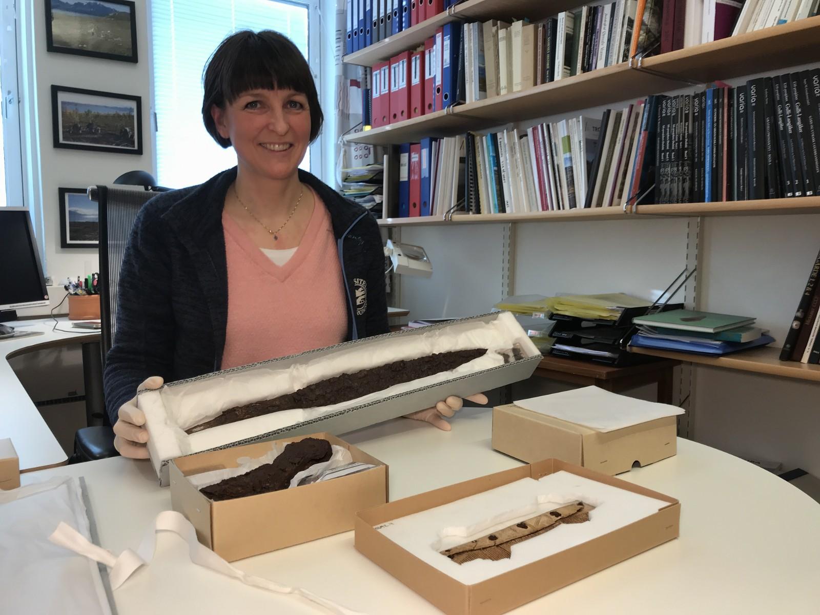 Norvège - Anja Roth Niemi montre les objets découverts dans un bateau-tombe à Tromsø - Photo: Jørn Inge Johansen