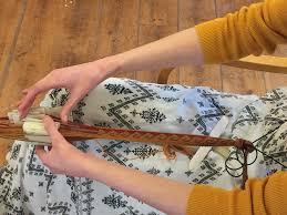 Elise, étudiante de la filière Viking confectionne le galon de sa tenue