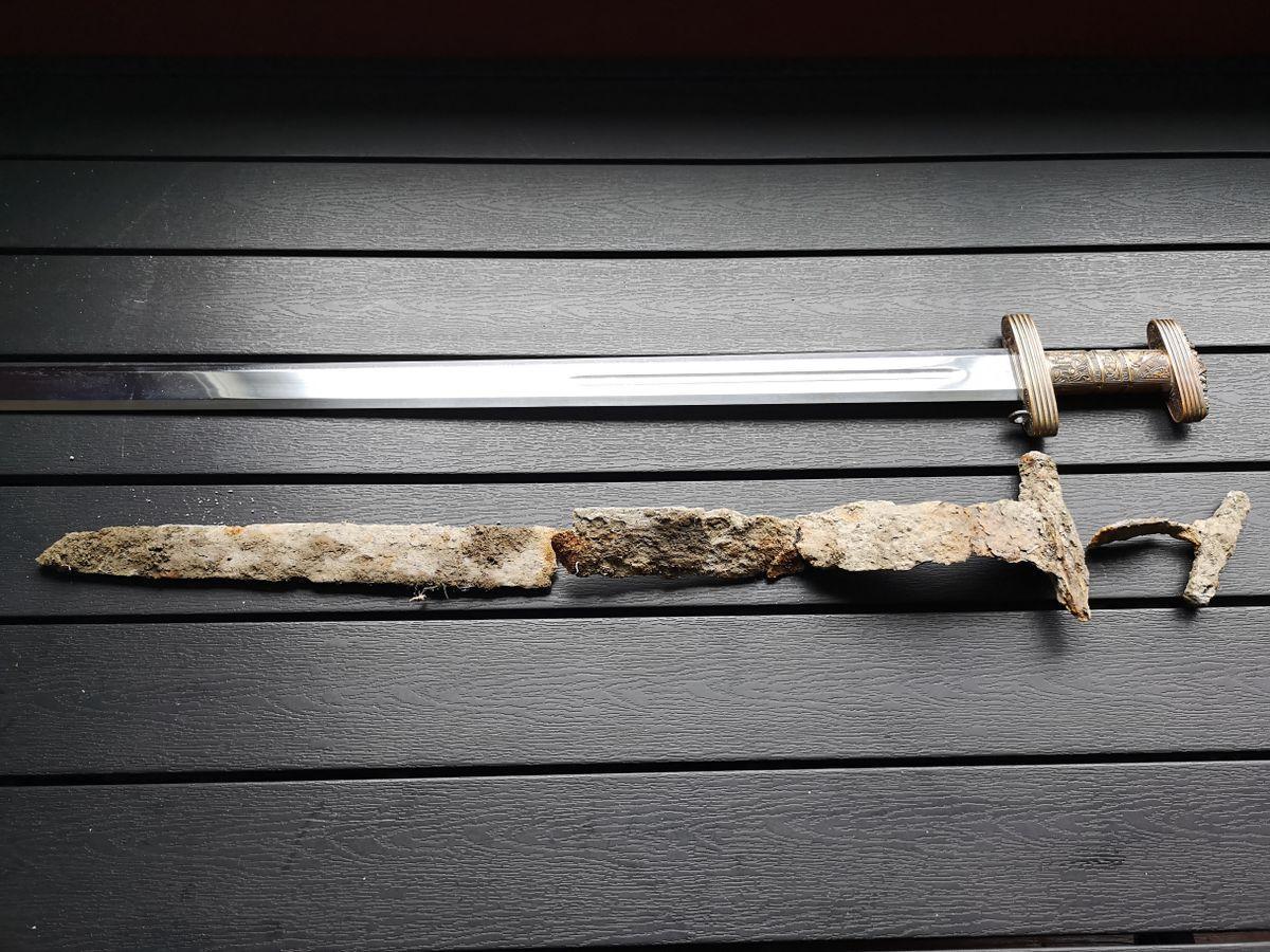 Norvège - En bas, l'épée viking découverte à Tvedestrand, en haut la réplique de l'épée de Snartemos trouvée en 1933 dans le comté d'Agder - Photo: Glenn Haakon