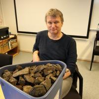 Geir Grønnesby, archéologue du NTNU, et les pierres utilisées pour brasser la bière - photo: Nancy  Bazilchuk