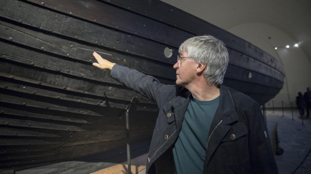 Norvège - Jan Bill montre les dommages subis par les bateaux vikings au musée d'Oslo - Photo: Aksel Kjær Vidne