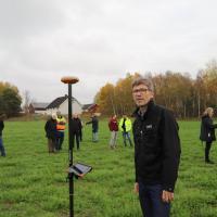 Norvège - L'archéologue Knut Paasche (NIKU) devant l'instrument de mesure indiquant l'emplacement du bateau - Photo: Steinar Omar Østli