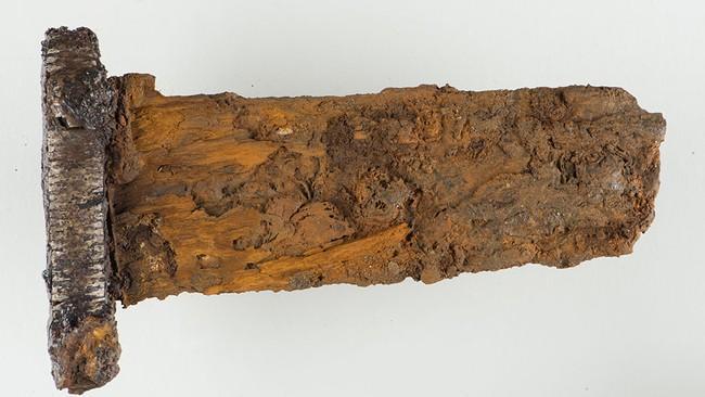 Norvège - L'épée viking richement décorée, découverte sur l'île Dønna par un détectoriste - Photo: Caroline Fredriksen / NTNU