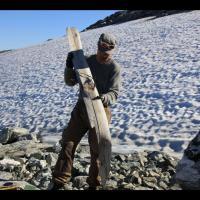 Norvège, un ski de l'Âge Viking découvert dans un glacier de Reinheimen. Photo par Aud Hole pour le Comté d' Oppland