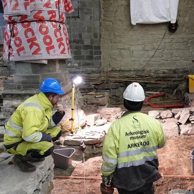 Norvège - Les archéologues ont découvert des os de porc de l'Âge Viking dans le vide sanitaire de la cathédrale de Stavanger - Photo: NIKU