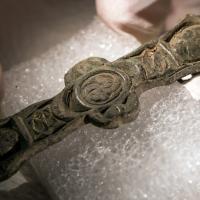 Norvège - Ornement d'un harnais irlandais découvert dans une ferme de l'Âge Viking à Byneset - Photo: Åge Hojem/ NTNU