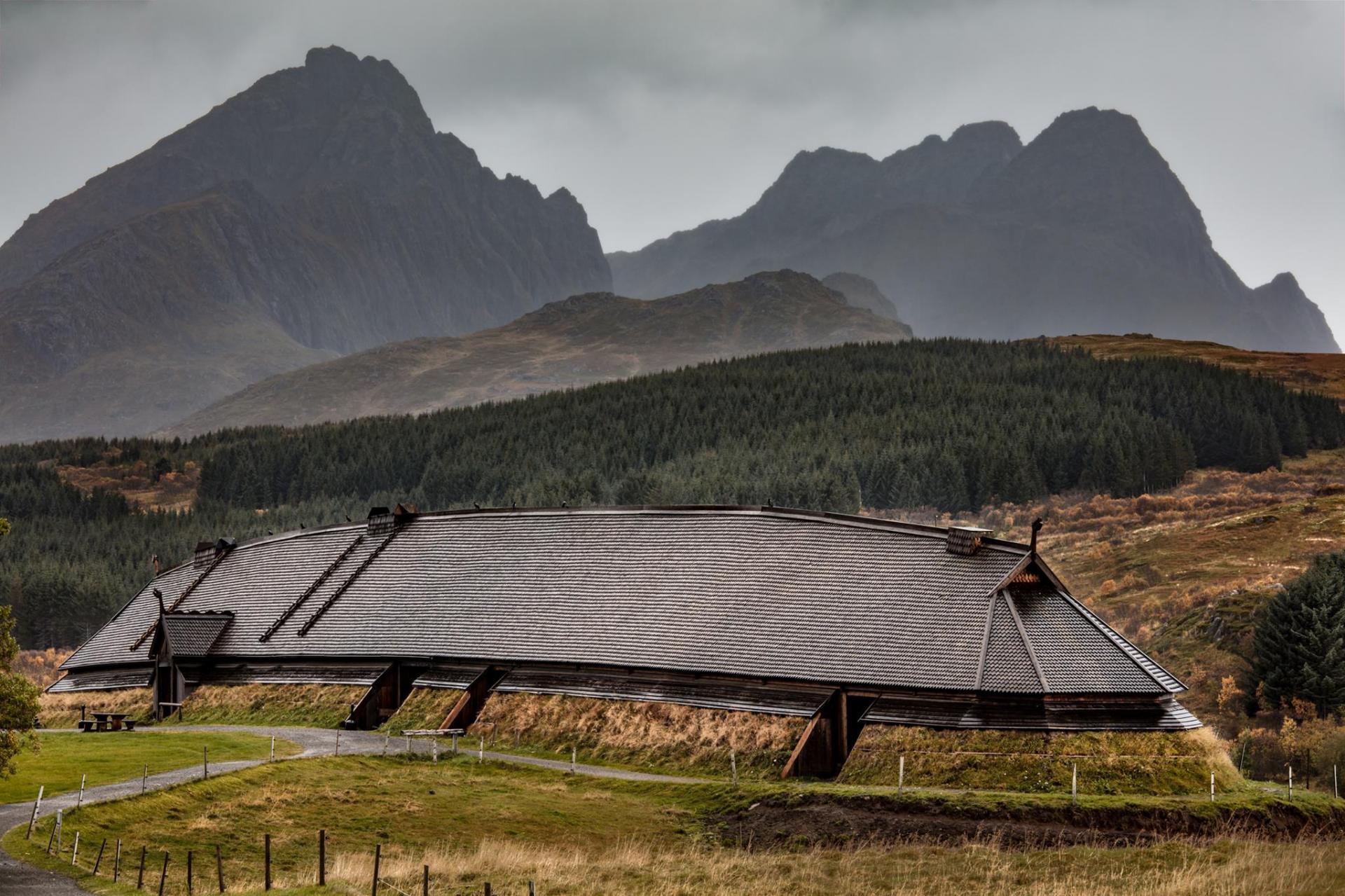 Norvège - Reconstruction de la grande maison longue de l'Âge Viking découverte à Borg - Photo: Kjell Ove Storvik / Lofotr Viking Museum