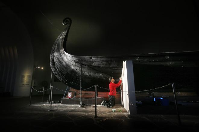 Norvège - Toutes les précautions sont prises pour soulever et peser le bateau d'Oseberg - Photo: Tom A. Kolstad / Aftenposten