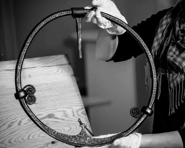 Norvège - Un anneau de porte de l'Âge Viking avec une inscription runique - Photo: Marianne Hem Eriksen