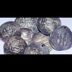 Pièces de monnaie arabes en argent datées de 850