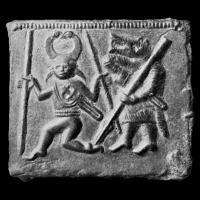 Plaque en bronze de Torslunda n°2 - Suède, VIème siècle. À droite, un berserkr  tirant une épée du fourreau, et à gauche, une potentielle représentation du dieu Odin