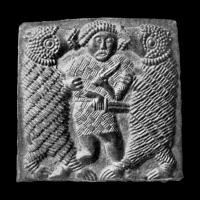Plaque en bronze de Torslunda n°3 - Suède, VIème siècle. Un homme lutte contre deux ours.