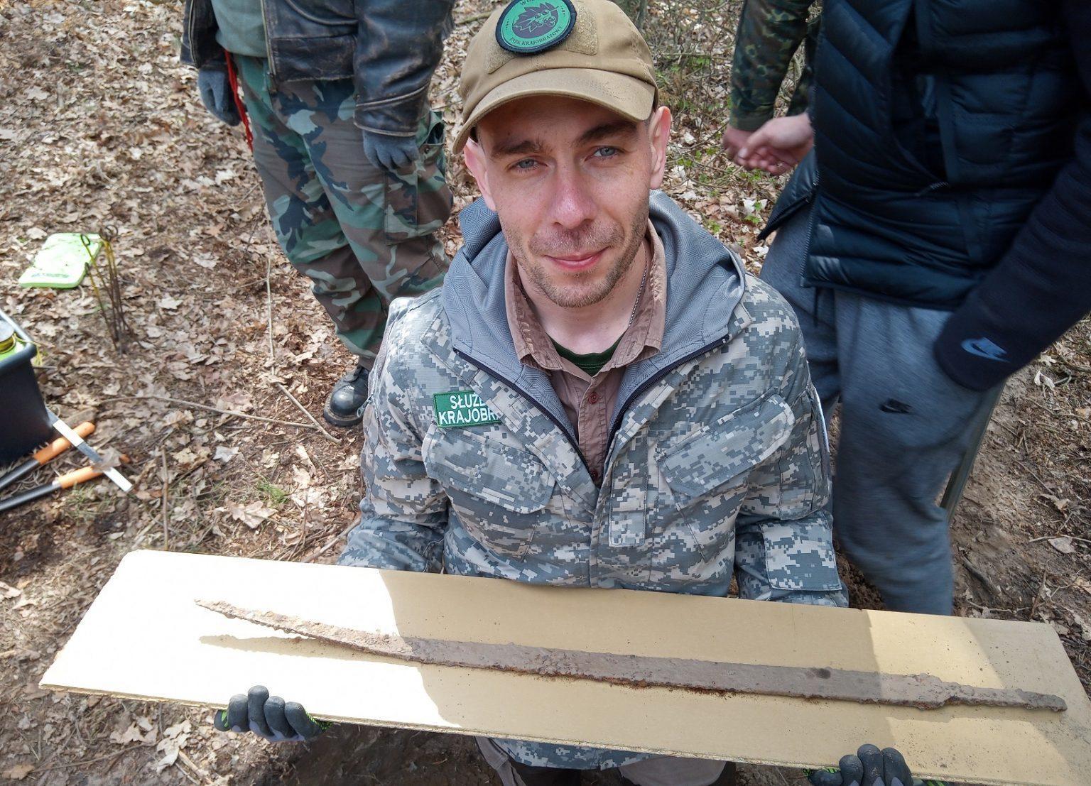 Pologne - Mateusz Sosnowski présente le langsaxe viking découvert dans le parc naturel de Wdecki - Photo O. Popkiewsic
